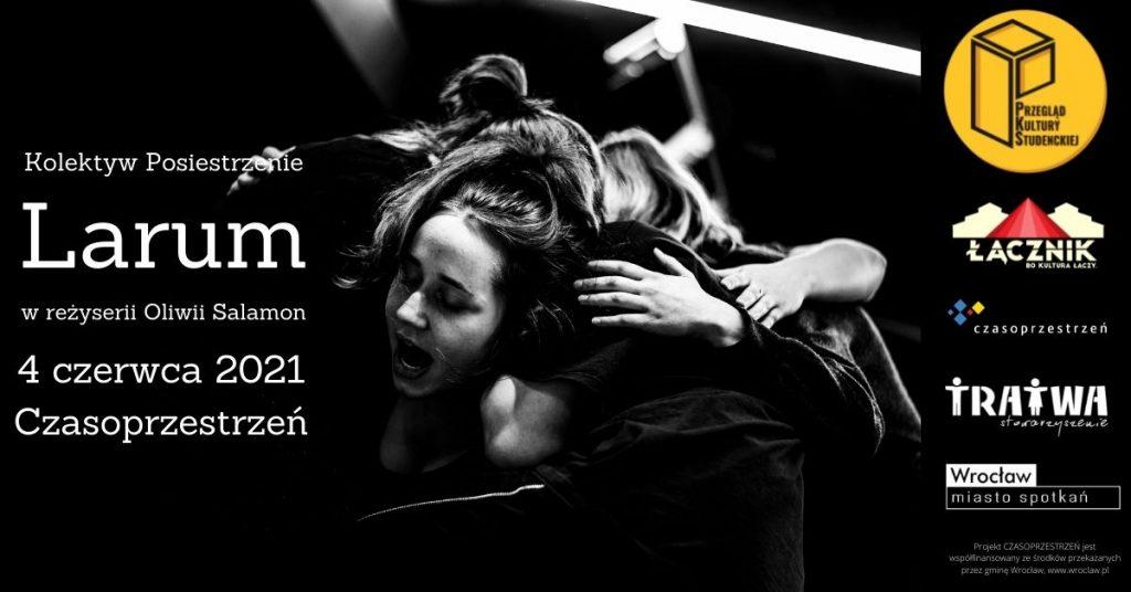 Grafika reklamowa wydarzenia. Obejmujące się dziewczęta ubrane na czarno w ekspresyjnej pozie. Napis: Kolektyw Posiestrzenie. Larum w reżyserii Oliwii Salamon. 4 czerwca 2021 Czasoprzestrzeń. Logotypy organizatorów.